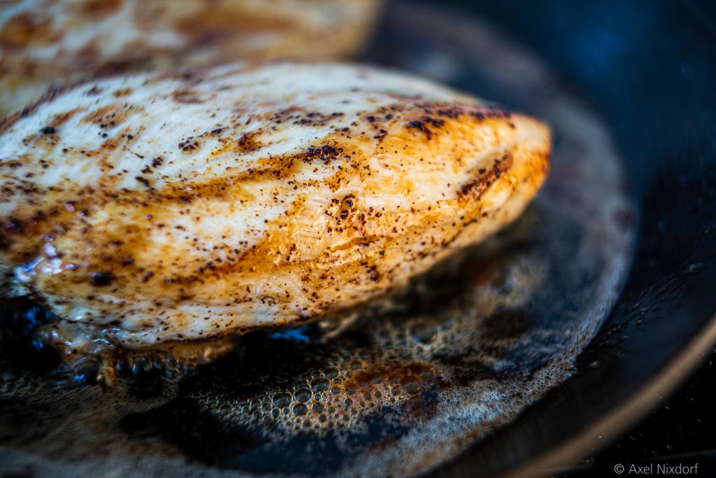In Butter gedünstete Hühnerbrust mit Liebstöckl