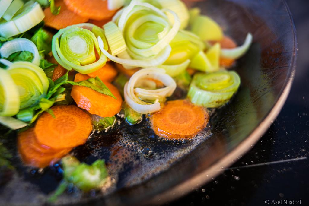 Gemüse im Bratensatz der Hühnerbrüste.