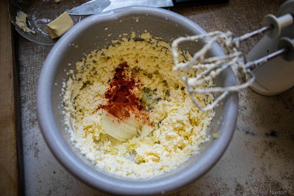 Noch ohne Geheimzutat: Die Basis des Spundekäs' sind Butter und Frischkäse. Eine feingewürfelte Zwiebel ist obligatorisch. Und das Paprikapulver sorgt für Pfiff und Farbe.