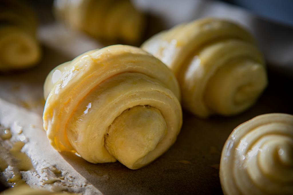 Die Croissants aus Hefeblätterteig brauchen zwei Stunden Zeit, um aufzugehen, bevor sie bei 220 Grad Ober- und Unterhitze in den Backofen geschoben werden.