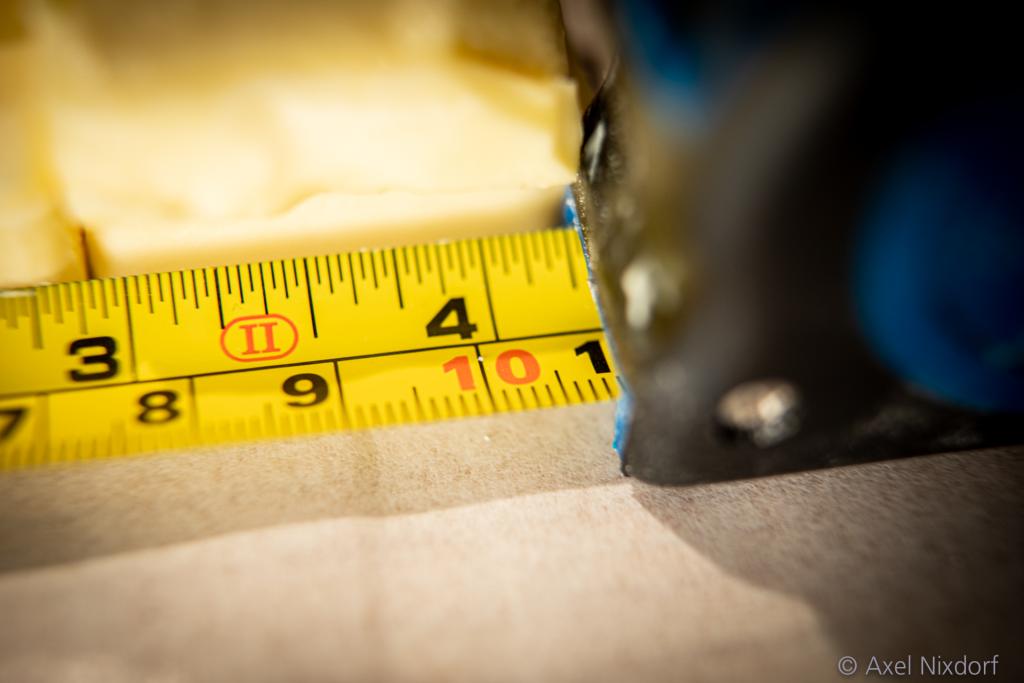 Zehn Zentimeter im Quadrat ist ein gutes Maß für die Menge Butter im Hefeblätterteig. Ein Maßband an der Arbeitsfläche hilft dabei, die Proportionen einzuhalten.