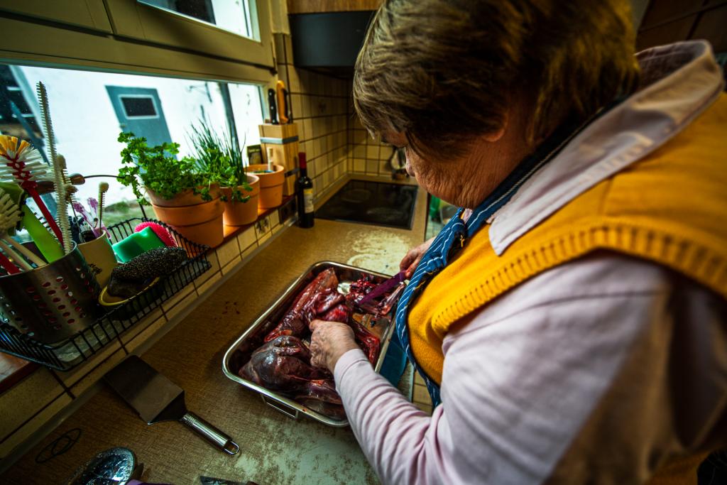 Die Zubereitung des Dippehas beginnt mit dem Zerteilen des Hasen in Portionen.