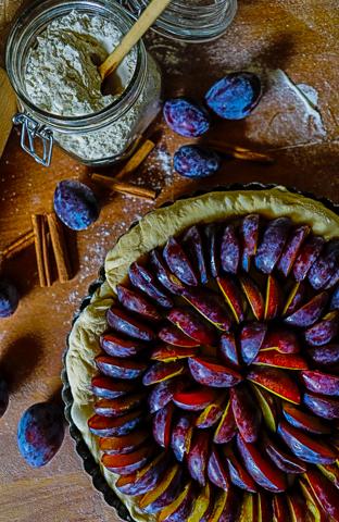 Zwetschenkuchen, Mehl und Zimt