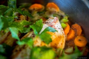 gebratene Hühnerbrust auf Gemüsebett mit Liebstöckl